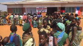 nával pacientů před nemocnicí v Malawi