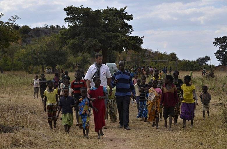 Přivítání místních lidí v jedné z mnoha vesnic v oblasti Fanuel (foto Jiřina Mužíková).2014
